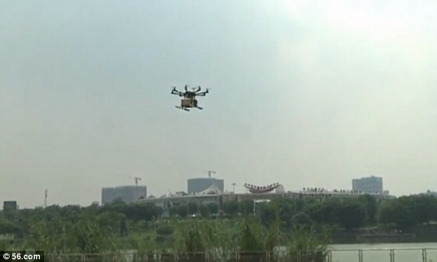 出典:http://www.dailymail.co.uk/news/peoplesdaily/article-3009593/Drone-delivery-China-s-largest-mail-firm-deliver-1-000-packages-DAY-remote-areas-using-fleet-aircraft.html